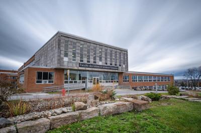 Le Département des arts, langues et littératures et le Département de communication sont situés dans le pavillon A3 de la Faculté des lettres et sciences humaines.
