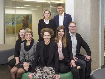 À l'avant : Nathalie Noël, Éliane-Marie Gaulin, Geneviève Cartier et Véronique Fraser. À l'arrière : Carmen Lavallée et Louis Marquis.