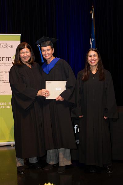 Christine Gaucher, coordonnatrice de la maîtrise, Debbie DesRivières, récipiendaire, et la professeure Sawsen Lakhal, responsable de programme.