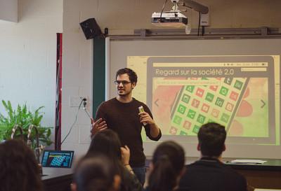 Charles-Antoine Barbeau-Meunier,étudiant au double doctorat en médecine et en neuroimagerie, lors d'un atelier Autodéfense numérique.(Photo prise avant l'entrée en vigueur des mesures de distanciation)