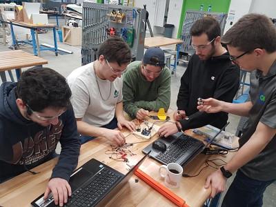 Les membres du projet OZERO en action.(Photo prise avant l'entrée en vigueur des mesures de distanciation)