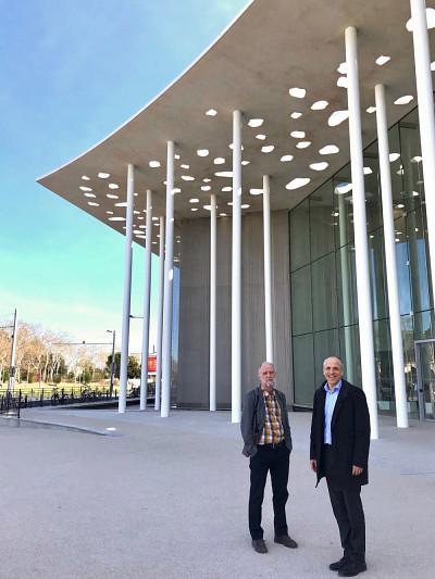 Le vice-recteur aux relations internationales Jean Goulet et le recteurPierre Cossette devant la nouvelle faculté de médecine de Montpellier.
