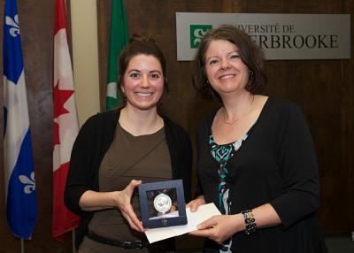 Majorie Leblanc, diplômée du baccalauréat en enseignement au secondaire, a reçu sa médaille des mains de la vice-rectrice aux études, Lucie Laflamme.