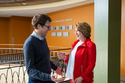 Mme Nemer a profité de son passage à l'UdeS pour rencontrer des chercheurs de l'Institut Quantique. La voici en compagnie du professeur Alexandre Blais.