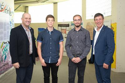 Jean-Pascal Lemelin (vice-recteur adjoint à la recherche et aux études supérieures), Isaak Chamberland (gagnant), David Bouchard (gagnant) et Jean-Pierre Perreault (vice-recteur à la recherche et aux études supérieures).