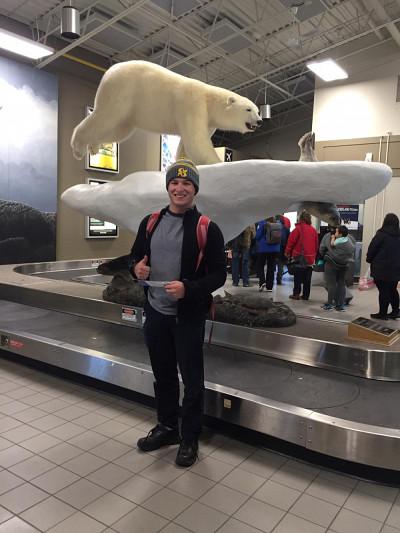 Nicolas Sylvestre, étudiant à la maîtrise en chimie, en transit à l'aéroport de Yellowknife.