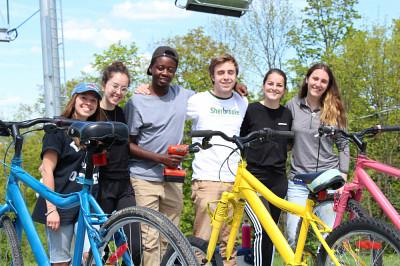 Laura-Maude Verret,Marie-Ève Grenier,Joshua Niyogakiza,Matthew Bélair,Audrey Joyal et Lorie Pépin-Dorais ont réalisé l'oeuvre Casse-toi pas le bicycle, tire-toi une bûche sur le mont Bellevue.
