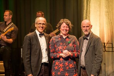 Stéphanie Lanthier, entourée par le recteur de l'Université de Sherbrooke, le professeur Pierre Cossette (à gauche), et le vice-recteur aux ressources humaines, le professeur Jean Goulet (à droite).