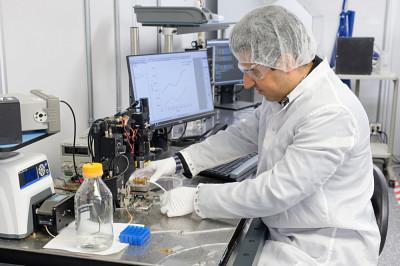 Reza Aziziyana employé un transducteur à semi-conducteur quantique afin de convertir les propriétés électriques des bactéries en variations de photoluminescence.