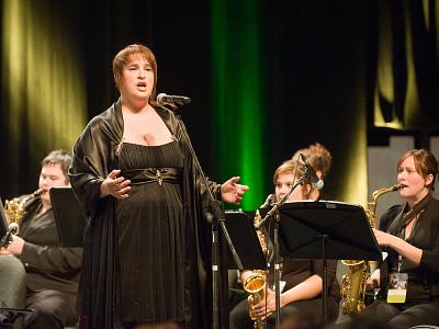 La cantatrice Catherine Elvira Chartier accompagnée de l'Ensemble à vents.