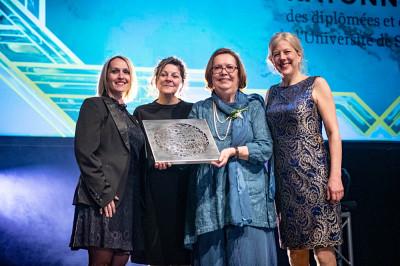 Madame Caroline Perron, directrice de comptes pour La Personnelle, la doyenne de la FLSH, la Pre Anick Lessard, ainsi que lavice-rectrice aux études, la Pre Christine Hudon, ont remis le prix à la nouvelle ambassadrice.