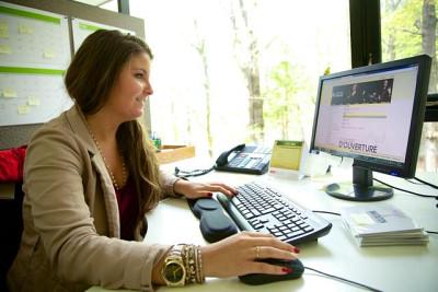 Johanie, étudiante en communication, lors d'un stage au Centre d'arts Orford