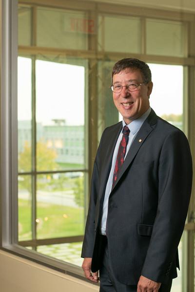 Professeur Jean-Pierre Perreault, vice-recteur à la recherche et aux études supérieures