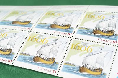 Les objets comprennent aussi des timbresChamplain explore la côte Est, remis par Postes Canada.
