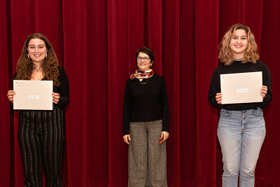 La directrice de l'École de musique, Jacinthe Harbec a remis deux bourses d'admission à Audrey Cloutier (interprétation violon jazz – 500$) et Rébecca Charland-Nadeau (composition – 500$).