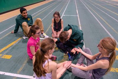 Des jeunes au contact d'étudiants-athlètes du Vert & Or, à l'initiative de Julien Pinsonneault.