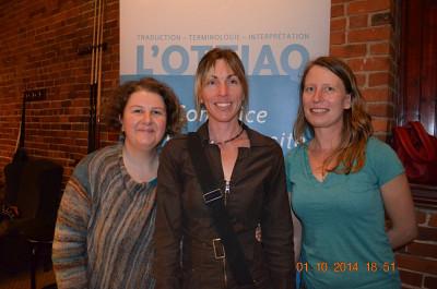 Marie-Dominique Leduc, récipiendaire du prix Excellence de l'OTTIAQ, est entourée de Shirley Fortier et de Héloïse Duhaime, représentantes du Département des lettres et communications de l'Université de Sherbrooke.
