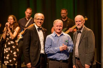 Patrick Cliche, entourée par le recteur de l'Université de Sherbrooke, le professeur Pierre Cossette (à gauche), et le vice-recteur aux ressources humaines, le professeur Jean Goulet (à droite).