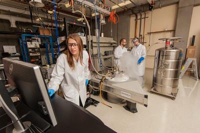 Créé en 2016, l'Institut quantique de l'UdeS réunit desexperts en matériaux quantiques, en information quantique et en ingénierie quantique dans le but d'effectuer des travaux en recherche fondamentale de grande qualité et de développer les technologies quantiques du futur.