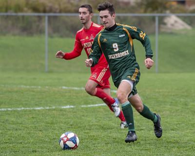 Vincent Aubin est porte-couleurs des équipes de soccer et de tennis du Vert & Or. Il poursuit une maîtrise en physiothérapie à la Faculté de médecine et des sciences de la santé.