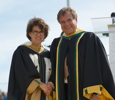 La rectrice Luce Samoisette et Alain Beaudet, docteur d'honneur en médecine et sciences de la santé
