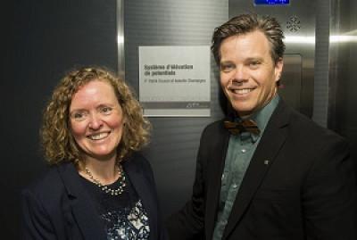 Patrik Doucet et sa conjointe, devant l'ascenseur du Studio de création - Fondation Huguette et Jean-Louis Fontaine; ascenseur - ou plutôt
