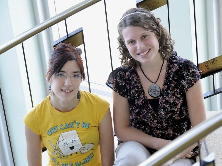 Deux des trois récipiendaires de bourses d'implication de la FEUS : Andréane St-Hilaire et Elizabeth Aubin