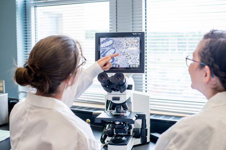 Allison et Maude Hamilton, également étudiante en biochimie de la santé, au laboratoire de biochimie, en 2019