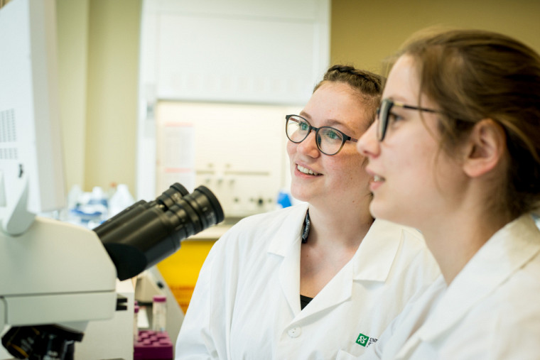 Allison et Maude au laboratoire de biochimie, en 2019