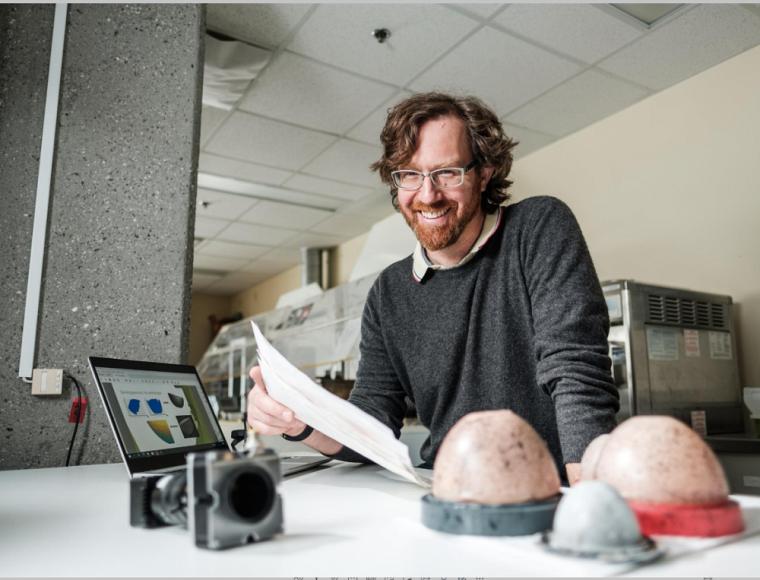 Le Pr Elijah Van Houten, chercheur principal, travaille sur le projet de soutien-gorge intelligent depuis une vingtaine d'années déjà.