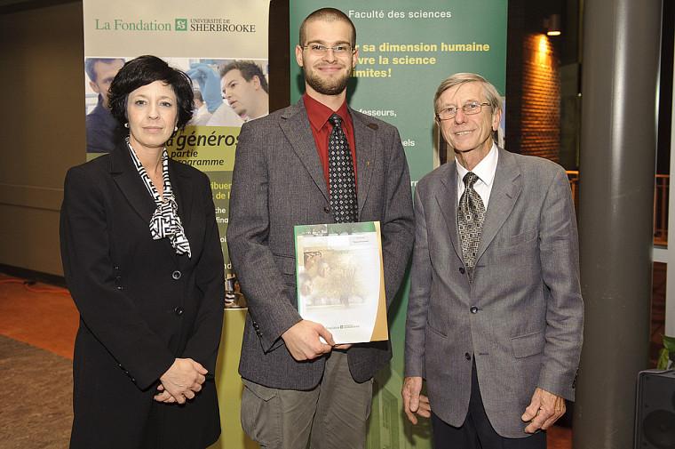 Thomas Goudreault, étudiant au baccalauréat en chimie et récipiendaire de la bourse Nicolas-Zajac, est entouré des donateurs, Martine Zajac et Jean Zajac.