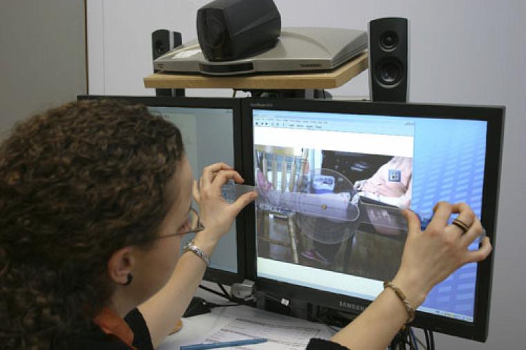 L'équipe du professeur Tousignant mène actuellement une programmation de recherche visant à déterminer si les services de physiothérapie dispensés via Internet sont aussi efficaces et à moindre coût que ceux administrés en clinique.