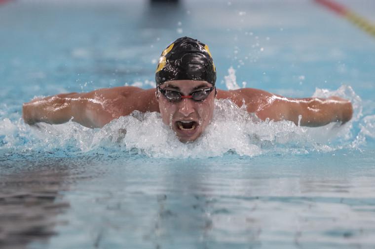 Le finissant de l'équipe de natation Vert & Or, Hugo Lemay, en pleine action.