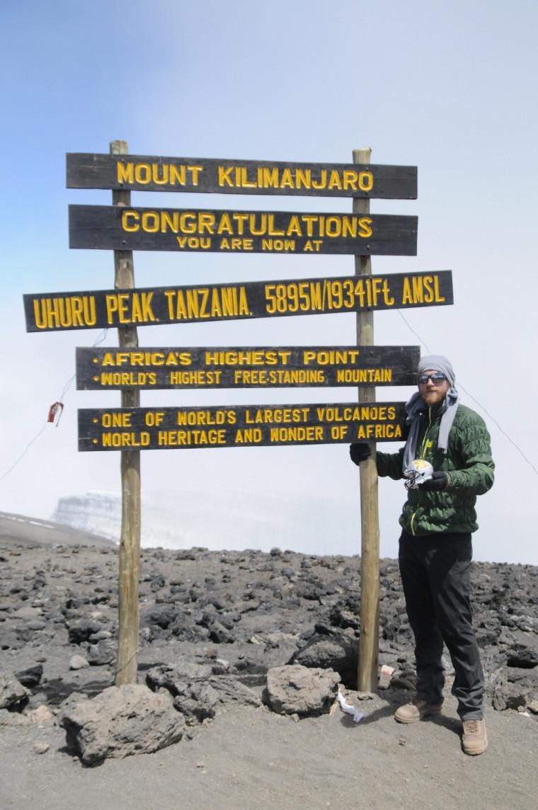 Olivier Émond au sommet du Kilimanjaro.