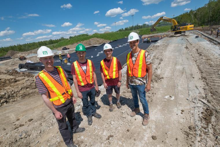 Pr Jay Lacey, Olivier Savary, professionnel de recherche, Pr Robert Leconte et Pr Mathieu Nuth au chantier de construction du Complexe hydrologique, hydraulique et environnement.