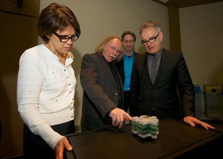 L'artiste Michel Goulet présente son oeuvre à la rectrice, Luce Samoisette; à Mario Trépanier, directeur général du Centre culturel; et à Réjean Hébert, ministre de la Santé et ministreresponsable de la région de l'Estrie.
