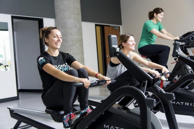 La nouvelle salle regroupe plusieurs appareils cardio-vasculaires, comme des vélos, des rameurs et des elliptiques.
