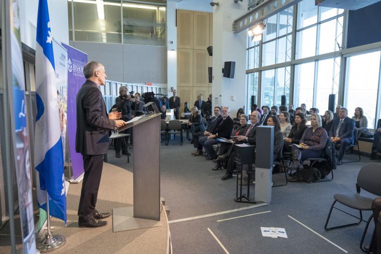 Le recteur de l'Université de Sherbrooke, Pierre Cossette, s'adressant aux médias durant la conférence de presse.