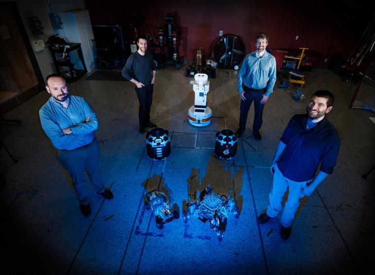 Alexandre Girard, ici en compagnie des professeurs François Ferland, François Grondin et Nicolas Quaegebeur, est arrivé à l'Université de Sherbrookepour appuyer le développement du seul programme de baccalauréat en génie robotique au Canada.