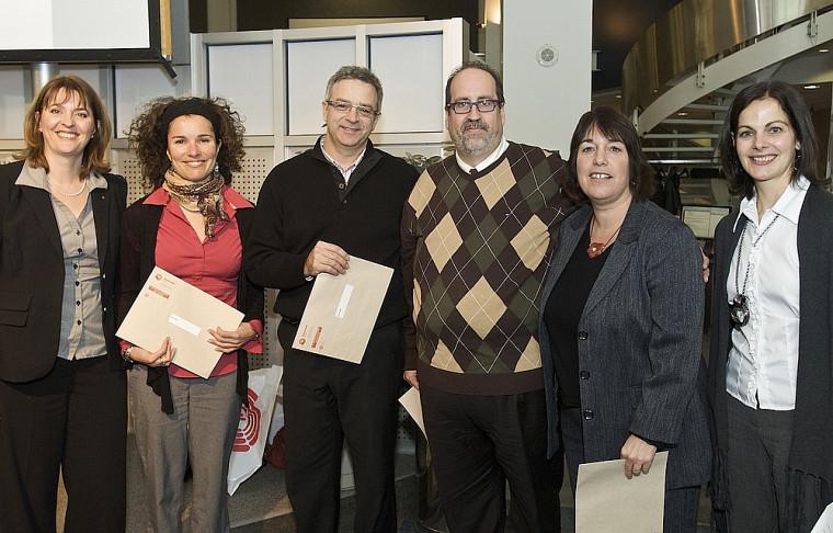 Aux extrémités, Élaine Godbout et Manon Brassard ont souligné l'engagement de quatre bénévoles durant la campagne 2010: Inès Escayola, des Services à la vie étudiante, Yvan Lambert, de la Faculté d'administration, Luc Sauvé, du SRHF, et Anne Hurtubise, de la FLSH.