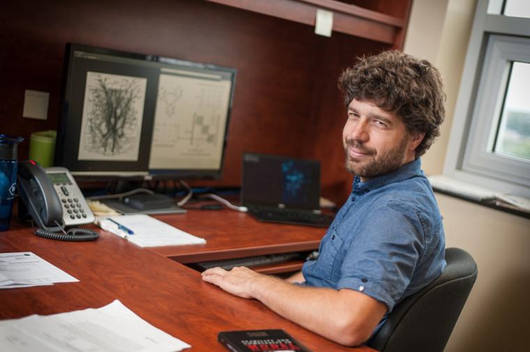 Dominique Gravel, professeur au Département de biologie de la Faculté des sciences.