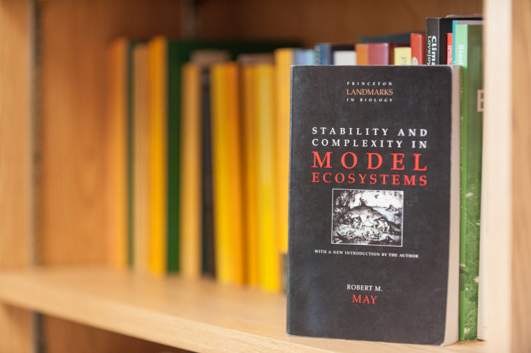 « Stability and Complexity in Model Ecosystems » de Robert May.