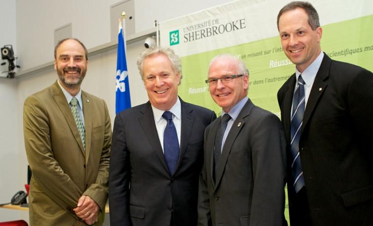 Le vice-recteur à la recherche, Jacques Beauvais, accompagné du premier ministre Jean Charest, du conseiller municipal Julien Lachance et de François Michaud, directeur du 3IT.