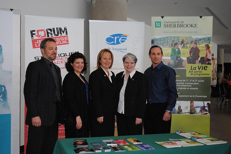 Les trois conférenciers du projet Mobilis, entourés de la mairesse de la Ville de Longueuil, Caroline St-Hilaire, et de la vice-rectrice au Campus de Longueuil, Lyne Bouchard.