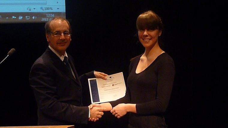 Catherine Létourneau recevant sa bourse lors de l'événement PRMIA Montréal.