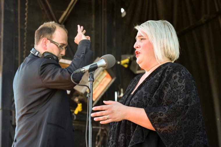 Pour la toute première fois,Catherine Elvira Chartier interprétera l'Hymne, sous la direction musicale de François Bernier.