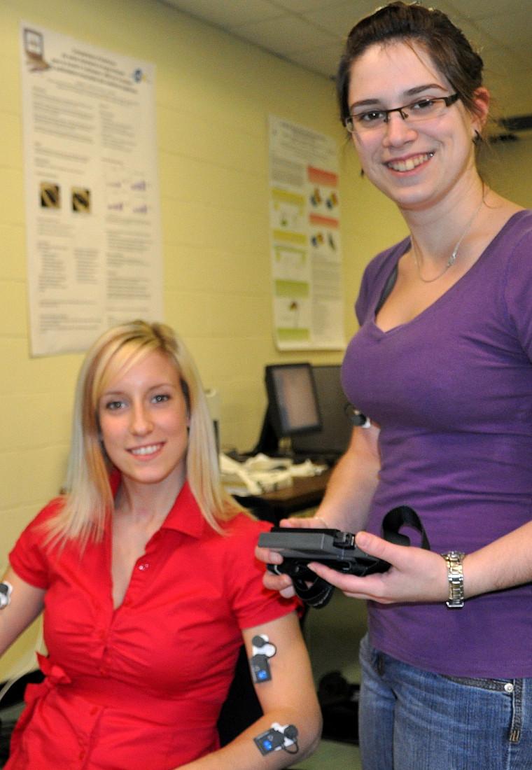 Sophie Bélanger et Stéphanie Fortier Saucier travaillent au laboratoire de biomécanique occupationnelle de la Faculté d'éducation physique et sportive.