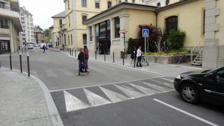 Chambéry, France : une intersection en plateau