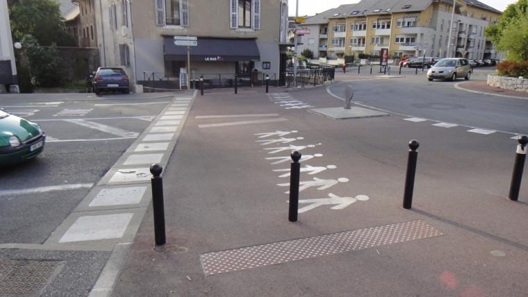Chambéry, France :un passage surélevéautour d'un carrefour giratoire.