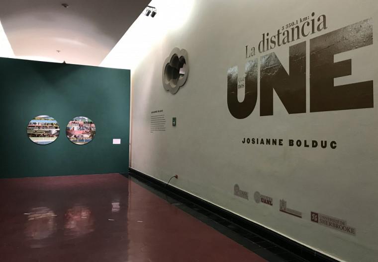 Afin de mettre en lumière l'histoire de la collaboration entre les deux institutions, l'Université de Sherbrooke a remis en cadeau le premier tirage de l'œuvre3350,1km: la distance qui nous unit à l'Universidad Autónoma de Nuevo León comme symbole de leur sincère amitié.Un deuxième tirage est installé sur le Campus principal de l'Université de Sherbrooke.